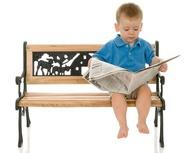 Rysunek chłopca siedzącego i czytającego gazetę